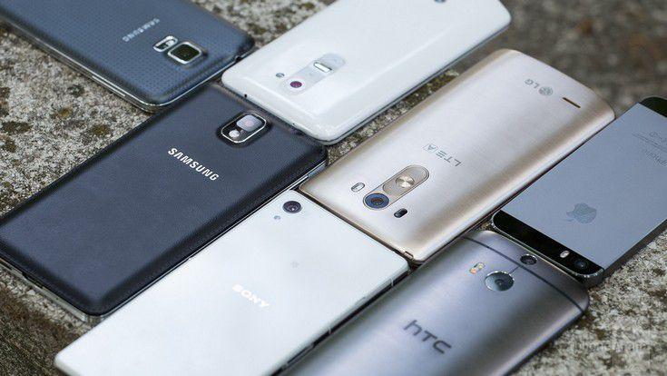 Продажи смартфонов Samsung и Apple снизились за год
